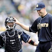 Confident: Hanshin hurler Jason Standridge, sharing a laugh with catcher Akihito Fujii, is 8-2 with a 1.85 ERA this season and thinks his team has what it takes to win the Japan Series. | KYODO PHOTO