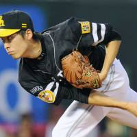 Rough outing: Hawks hurler Sho Iwasaki issues five walks in six innings in Friday's game against the Eagles. Tohoku Rakuten beat Fukuoka 2-0. | KYODO