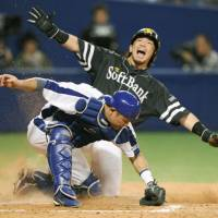 Chalk it up: Fukuoka Softbank's Nobuhiro Matsuda scores in the seventh inning of Game 5 of the Japan Series on Thursday. | KYODO