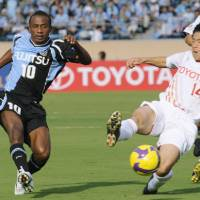 Familiar faces: Kawasaki Frontale striker Juninho shoots against fellow J. League first-division club Nagoya Grampus during the first-leg match of the Asian Champions League quarterfinals on Wednesday at Tokyo's National Stadium. Frontale won 2-1. | KYODO PHOTO