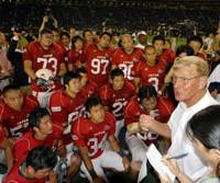 Pep talk: Notre Dame Football Legends coach Lou Holtz speaks to the Japan national team after Saturday's game at Tokyo Dome. Holtz, who led the Fighting Irish to an NCAA Division I title in 1988, delivered an inspiring message to the Japanese players. | YOSHIAKI MIURA PHOTO