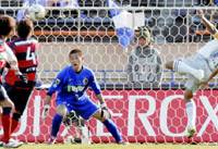 Sanfrecce Hiroshima forward Hisato Sato (right) heads in a match-tying goal in the 85th minute of the Xerox Super Cup against Kashima Antlers on Saturday at National Stadium in Tokyo. Sanfrecce went on to win 4-3 on penalties. | KYODO PHOTO