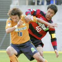 JEF United forward Seiichiro Maki (left) and Kashima's Mitsuo Ogasawara vie for the ball in Saturday's game. Antlers defeated Chiba 4-1. | KYODO PHOTO