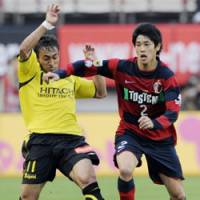 One-on-one: Kashima Antlers defender Atsuto Uchida battles Kashiwa Reysol forward Popo (left) during their J. League match on Saturday at Kashima Stadium. The match ended in a 1-1 draw. | KYODO PHOTO