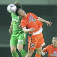 Head-to-head: S-Pulse forward Shinji Okazaki (23) competes for the the ball with Verdy defender Daisuke Nasu in the second half at Ajinomoto Stadium on Sunday. Host Tokyo defeated Shimizu 4-1. | KYODO PHOTO
