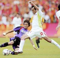 Hard play: Nagoya Grampus midfielder Atsushi Yoneyama (right) competes with Kyoto Sanga FC forward Takaaki Tokushige during their Nabisco Cup game at Nishikyogoku Stadium in Kyoto on Saturday. Grampus beat Kyoto 2-1. | KYODO PHOTO