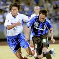 Chasing the ball: Yokohama F. Marinos defender Yuji Nakazawa (left) battles Gamba Osaka midfielder Takahiro Futagawa for the ball during their Nabisco Cup quarterfinal game on Wednesday at Ishikawa Stadium. Gamba won 1-0 in the first leg match. | KYODO PHOTO