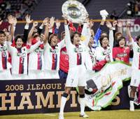 Unforgettable match: Kashima Reds star Marquinhos proudly displays the team's championship hardware after it defended its J. League title on Saturday by beating Consadole Sapporo 1-0. | KYODO PHOTO