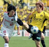 Oops!: Reysol's Yuzo Kobayashi kicks Grampus midfielder Yoshizumi Ogawa in the face during Saturday's game at Kashiwa Hitachi Stadium. Nagoya won 2-1. | KYODO PHOTO