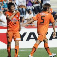 Beating Pulse: Daisuke Ichikawa celebrates his winner for S-Pulse on Sunday. | KYODO PHOTO