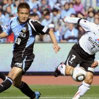 Chasing the ball: Kawasaki Frontale midfielder Junichi Inamoto (left) fights Shimizu S-Pulse midfielder Teruyoshi Ito for the ball during their J. League first-division match on Saturday. The match ended in a scoreless draw. | KYODO PHOTO