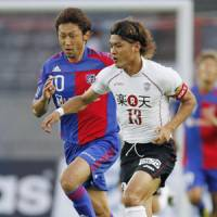 Fight for the ball: Vissel Kobe forward Yoshito Okubo (right) battles FC Tokyo midfielder Yohei Kajiyama during their J. League match on Saturday at Ajinomoto Stadium. The match ended in a 2-2 draw. | KYODO PHOTO