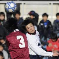 New gun: Chukyodai Chukyo High School striker Ryo Miyaichi (right) takes on Kumiyama on Friday. | KYODO PHOTO
