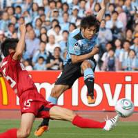 Attack mode: Frontale's Koji Yamase fires a shot past Antlers goalkeeper Hitoshi Sogahata in the 31st minute on Sunday in Kawasaki. Kawasaki beat Kashima 3-2. | KYODO