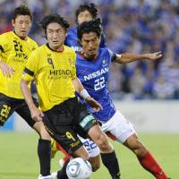 On the run: Kashiwa Reysol forward Hideaki Kitajima (9) and Yokohama F. Marinos defender Yuji Nakazawa vie for the ball on Saturday. Kashiwa won 2-0. | KYODO PHOTO