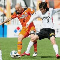 Go get it: Shimizu newcomer Freddie Ljungberg (left) and Urawa midfielder Yosuke Kashiwagi vie for the ball during Saturday's match in Fukuroi, Shizuoka Prefecture. S-Pulse beat Reds 1-0. | KYODO PHOTO