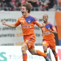 Goal rush: Gotoku Sakai celebrates scoring in Albirex Niigata's 4-2 win over Yokohama F.?Marinos on Saturday. | KYODO PHOTO