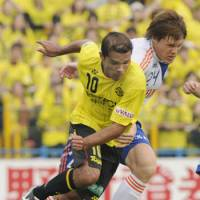 The chase is on: Reysol midfielder Leandro Domingues (10) and Albirex midfielder Gotoku Sakai pursue the ball during Thursday's J.League match in Kashiwa, Chiba Prefecture. Kashiwa defeated Niigata 4-0. | KYODO PHOTO