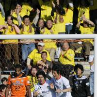 Never say die: Kashiwa's Masato Kudo (holding ball) scored a crucial equalizer against Shimizu S-Pulse on Sunday. | KYODO