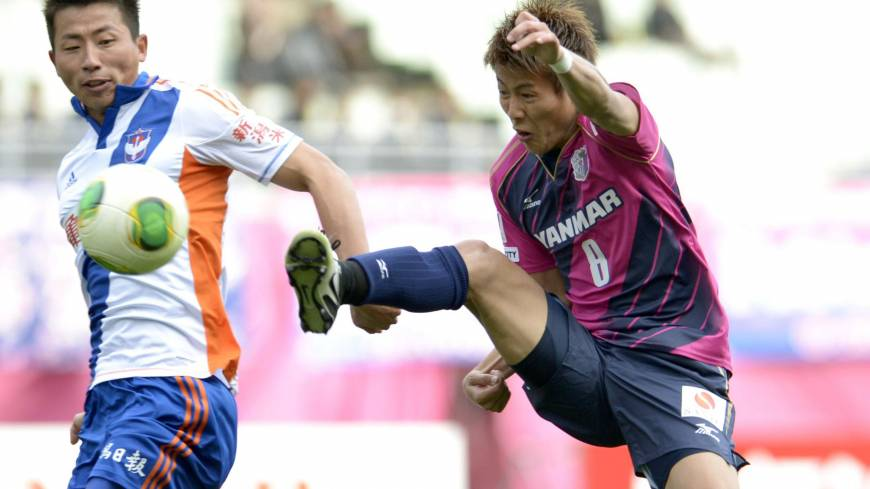 Start with a bang: Yoichiro Kakitani (right) scores to give Cerezo Osaka a 1-0 win over Albirex Niigata on Saturday.