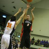 Evessa guard Naoto Nakamura (9) is one of the bj-league's top perimeter shooters. | KUMIKO NAKAGAWA/OSAKA EVESSA PHOTO