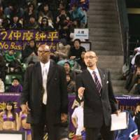 Apache head coach Joe Bryant (left) and assistant Yasuhiro Oba have formed a strong bond as they guided the team to a 27-17 record this season. Tokyo faces the Niigata Albirex BB in the Eastern Conference wild-card game on Sunday. | KAZ NAGATSUKA PHOTO