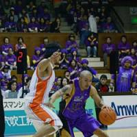 Steady performer: Tokyo Apache point guard Cohey Aoki (11) has been one of the bj-league's top players this season, helping his team reach the playoff semifinals. | KAZ NAGATSUKA PHOTO