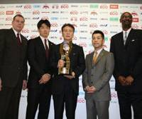 Playoff time: From left to right, Rizing Fukuoka coach John Neumann, Osaka Evessa coach Kensaku Tennichi, bj-league commissioner Toshimitsu Kawachi, Sendai 89ers coach Honoo Hamaguchi and Tokyo Apache coach Joe Bryant pose with the championship trophy during a Friday news conference in Tokyo. The four teams play in Saturday's semifinals, and the winners will face off on Sunday evening at Ariake Colosseum for the league's third championship. | BJ-LEAGUE PHOTO