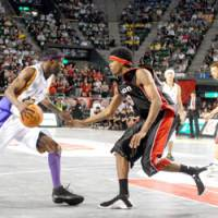Osaka Evessa center Jeff Newton (right), seen defending Tokyo Apache center Dean Browne in the bj-league championship game on May 4, is The Japan Times' 2007-08 bj-league MVP. | YOSHIAKI MIURA PHOTO