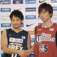 Let's tip off!: Former NBA player Yuta Tabuse, who made a return to Japan and plays for Link Tochigi Brex, poses along with Yuta Miyanaga of the Toshiba Brave Thunders, the Brex's opening-day opponent, in Tokyo on Friday. The 2008-09 JBL season begins on Sept. 26. | KYODO PHOTO