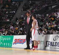 Focused leader: Toyama Grouses coach Takatoshi Ishibashi, speaking to guard Satoshi Yonemoto during the team's Feb. 14 game against the Tokyo Apache at Ariake Colosseum, wants to turn the struggling club into a playoff contender. | KAZ NAGATSUKA PHOTO