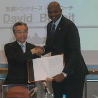 New partnership: Kyoto Hannaryz president Takafumi Tatara (left) and new head coach David Benoit want to establish a winning tradition for the new bj-league team. | THE JAPAN TIMES