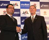 Short partnership: Japan national team chief Osamu Kuraishi (left) introduces David A. Hobbs as the squad's new head coach in February. Earlier this month, the Japan Basketball Association announced that the American was replaced by Kuraishi.   KAZ NAGATSUKA PHOTO