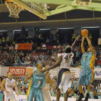 In limbo: Shooting guard Yu Okada (9) and his Takamatsu Five Arrows teammates remain uncertain about their team's plans for the 2009-10 season. | FIVE ARROWS/bj-league