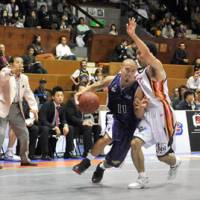 Little big man: Tokyo Apache point guard Cohey Aoki, now in his fifth season on the team, is hungry to win a title this season after helping his team reach the bj-league championship game in each of the past two seasons. | YOSHIAKI MIURA PHOTO