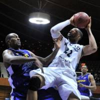 The rout is on: Kyoto forward Josh Bostic goes up for a shot against Apache forward Michael Chappell during their game on Wednesday at Yoyogi National Gymnasium No. 2. | YOSHIAKI MIURA PHOTO