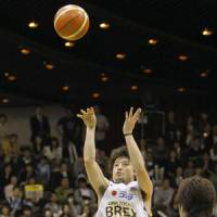 Over the top: Link Tochigi's Yuta Tabuse shoots during Game 1 of the JBL Finals on Saturday. | KYODO PHOTO
