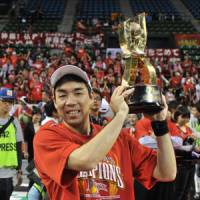 Just reward: Hamamatsu's Masahiro Oguchi holds his bj-league playoff MVP trophy on Sunday. | YOSHIAKI MIURA PHOTO