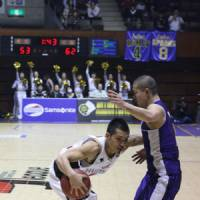 New challenge: Point guard Jun Nakanishi (left), playing for Osaka last season, was the Akita Northern Happinets' top pick in Tuesday's bj-league expansion draft. | KAZ NAGATSUKA