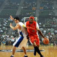 The Worm: Former NBA star Dennis Rodman dribbles around Tomoya Ochiai during a streetball exhibition on Thursday at Ariake Colosseum. | YOSHIAKI MIURA PHOTO