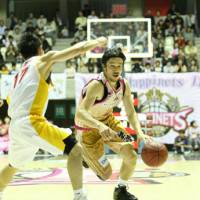 Northern star: Akita's Ryosuke Mizumachi drives to the basket during the Northern Happinets' bj-league opening day defeat to the Sendai 89ers on Saturday. | AKITA NORTHERN HAPPINETS / bj-league