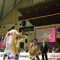 New faces: Akita's Makoto Hasegawa drives toward the basket on Saturday. | AKITA NORTHERN HAPPINETS/bj-league