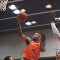New talent: Niigata's Willie Veasley, seen putting up a shot against Akita last weekend, is one of the top newcomers in the bj-league this season. | NIIGATA ALBIREX BB/BJ-LEAGUE