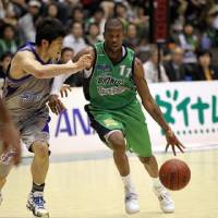 Positive impact: Saitama Broncos guard Kenny Satterfield (right), a former NBA floor leader, is the bj-league's top assist man with 7.5 per game. | SAITAMA BRONCOS / BJ-LEAGUE
