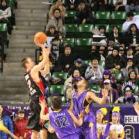 Still got it: Ryukyu Golden Kings forward David Palmer, seen during the 2006-07 bj-league season while playing for the Osaka Evessa, possesses a classic jump shot and remains a potent scorer. | KAZ NAGATSUKA PHOTO