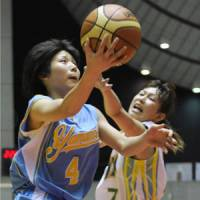 Scoring focus: Sapporo Yamanote High School captain Rui Machida (left) drives to the basket against JX Sunflowers forward Yaeko Terada during Tuesday's game. | KYODO PHOTO