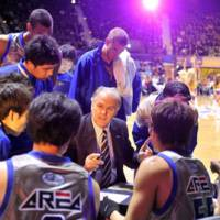 Man in charge: Shimane Susanoo Magic coach Zeljko Pavlicevic (above, center) speaks to his players during the Jan. 8 game against the Tokyo Apache at Yoyogi National Gymnasium No. 2. (Below) Pavlicevic gives instructions to guard Takumi Ishizaki, who will play in the All-Star Game on Jan. 23 in Osaka. | YOSHIAKI MIURA PHOTO