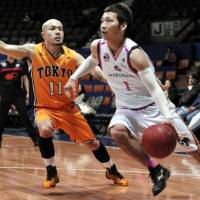 Big dreams: Apache guard Cohey Aoki, seen guarding Akita's Makoto Sawaguchi, hopes to one day play for the national team. | YOSHIAKI MIURA PHOTO