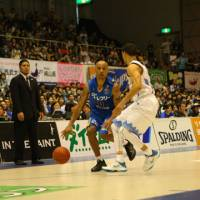 Agent zero: Shiga's Mikey Marshall looks for a way past Kyoto's Mahmoud Abdul-Rauf during their bj-league Western Conference first-round playoff game on Sunday. | SHIGA LAKESTARS/BJ-LEAGUE