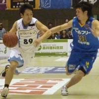 Hanging tough: Shiga Lakestars guard Masashi Joho defends Kyoto Hannaryz guard Hikaru Kusaka in the bj-league's Western Conference first-round series last Saturday in Otsu. Joho's team and seven other bj-league clubs are in action this weekend in the conference semifinals round. | KYODO PHOTO